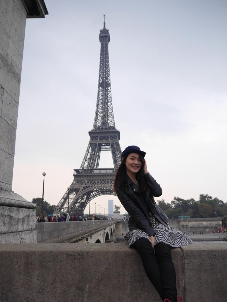 travel blogger in paris