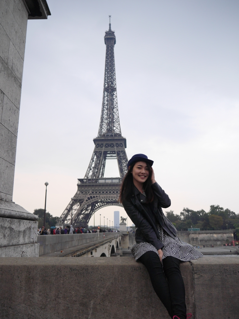travel blogger in paris